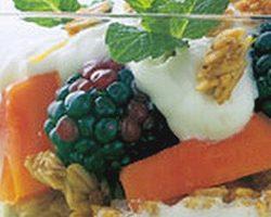 Græsk yoghurt med sirup og frugt