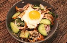 Poké bowl med æg og rødløg